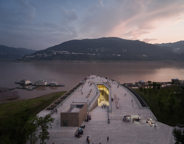 Yunyang Riverfront Visitor Center in Chongqing / Atelier Deshaus, © Schran Image