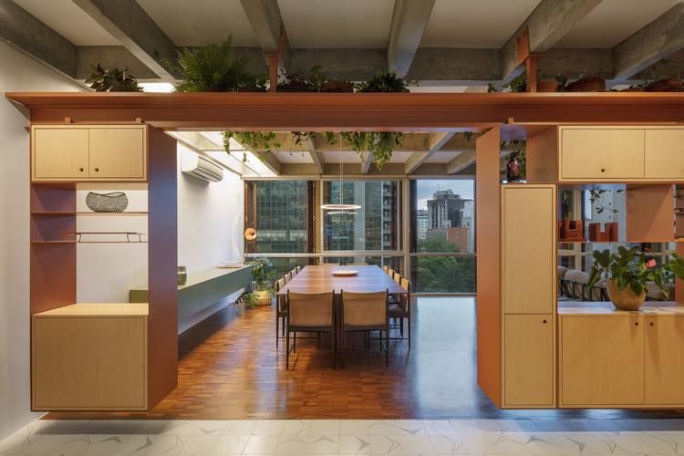 Interiores en Brasil: 8 proyectos con mobiliario flexible, Apartamento AMRA7 / Piratininga Arquitetos Associados + Bruno Rossi Arquitetos. Imagem  @Nelson Kon