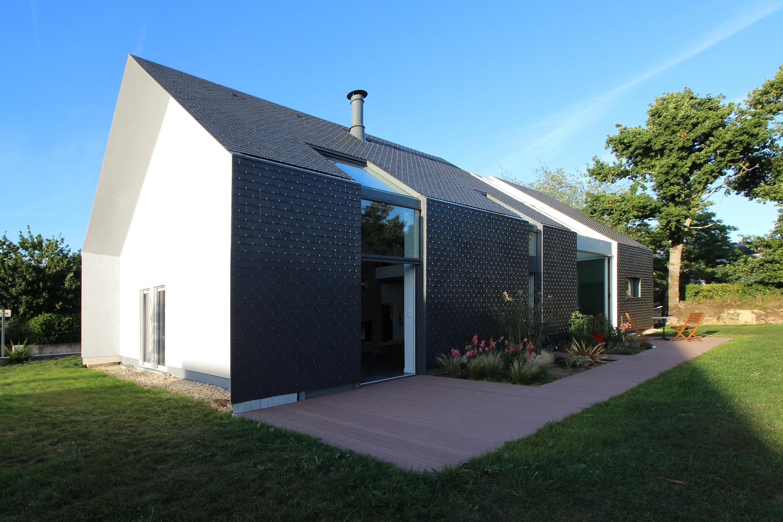 10 tipos de techos y las posibilidades de las cubiertas de pizarra,Bioclimatic 'Longère' House / INDY ARCHITECTES. Image Cortesia de INDY ARCHITECTES