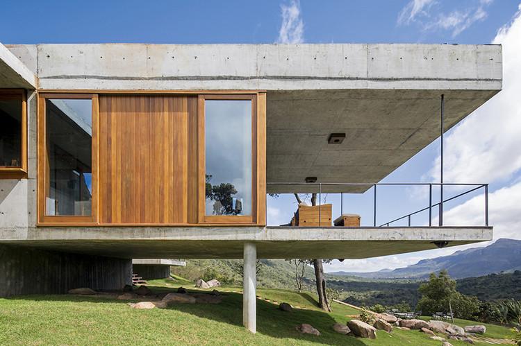 Brazilian Houses: 14 Homes with Wooden Window Frames, Do Bomba House / Sotero Arquitetos. Image: © Leonardo Finotti
