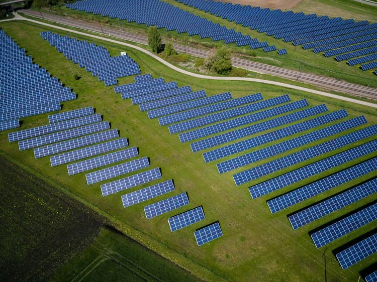 Energia solar é fonte de eletricidade mais barata da história, Foto de Andreas Gücklhorn, via Unsplash