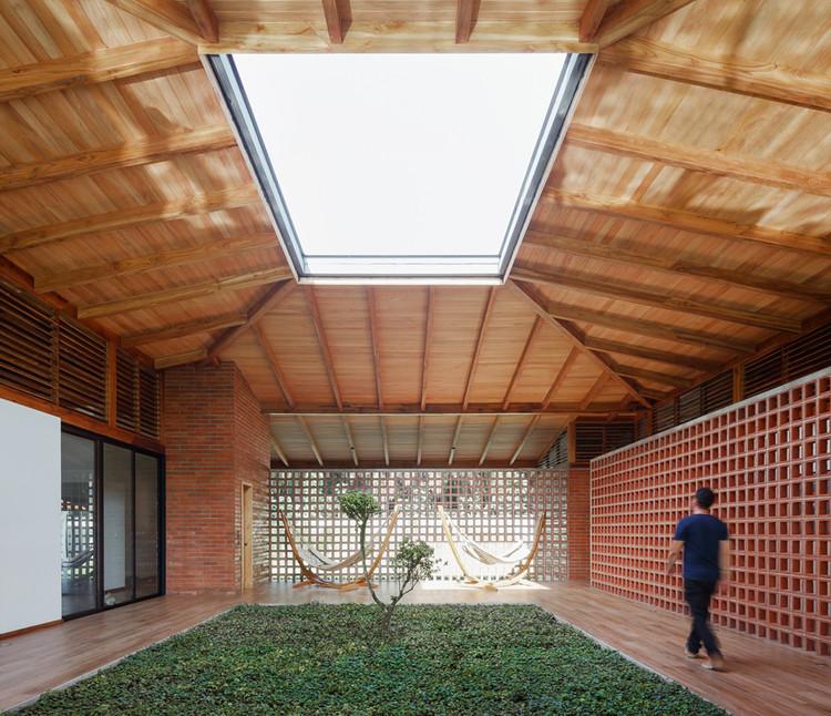 Patios Interiores en casas de Ecuador: ejemplos en planta de jardines que organizan las viviendas, La casa del silencio / Natura Futura Arquitectura. Image © Lorena Darquea