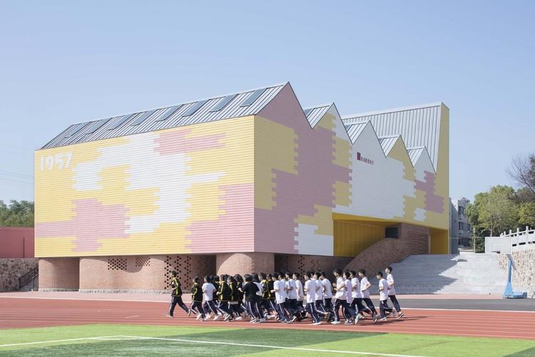 Arquitetura contemporânea nos países comunistas: projetos em Cuba, Laos, Vietnã e China, Playground Interno (e Auditório) da Escola Secundária Yueyang County No.3 a / SUP Atelier. Foto © Xia Zhi