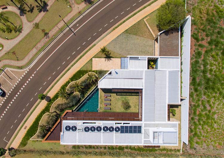 Casas brasileiras: 8 residências em terrenos com geometria irregular, Casa KT / Mila Ricetti Arquitetura. Imagem: © Favaro JR