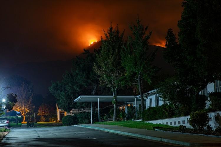 La crisis climática está devastando a Estados Unidos, ¿Por qué seguimos construyendo con combustibles fósiles?, El incendio Bobcat en Monrovia, California, a principios de este año. Imagen © Nikolay Maslov   Unsplash