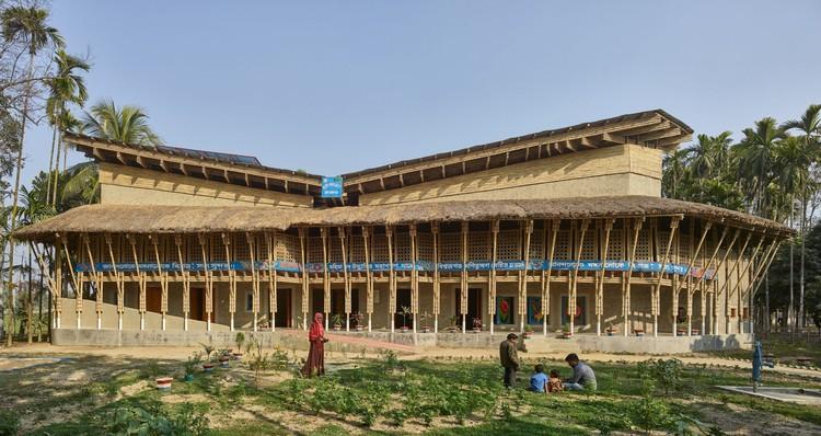 Centro comunitário de bambu e barro construído por mulheres é premiado em Bangladesh, © Kurt Hoerbst