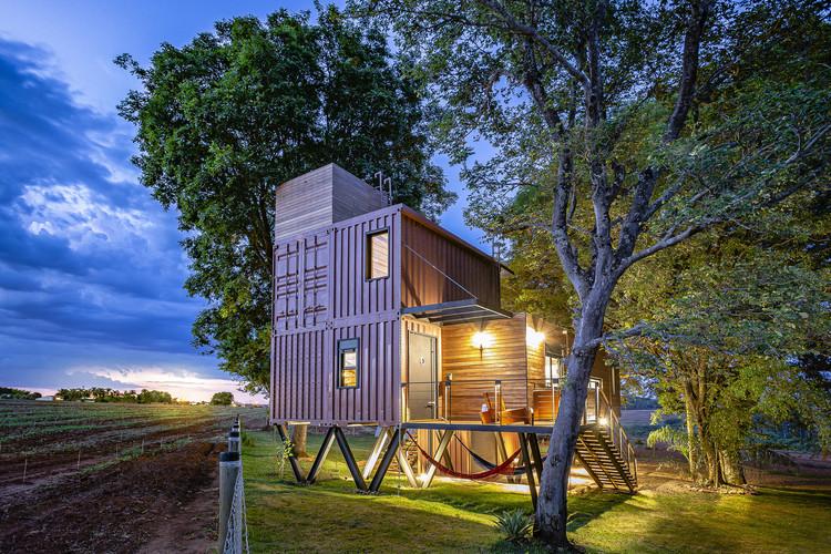 Arquitetura do reaproveitamento: as vantagens de construir com contêiner, A Casa Suspensa / Casa Container Marília. Imagem © Celso Mellani