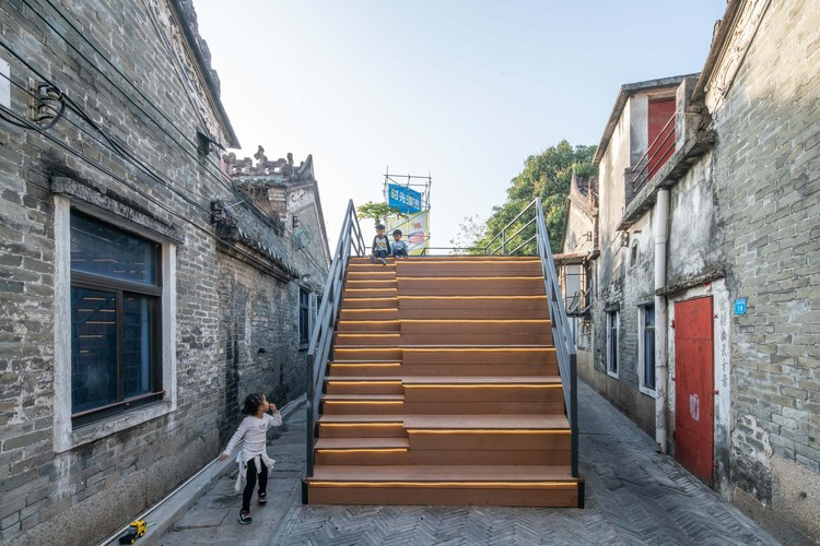 Rejuvenation of Shajing Ancient Fair / ARCity Office, A system of steps and sky bridges using the public toilet roof. Image © Yu Bai