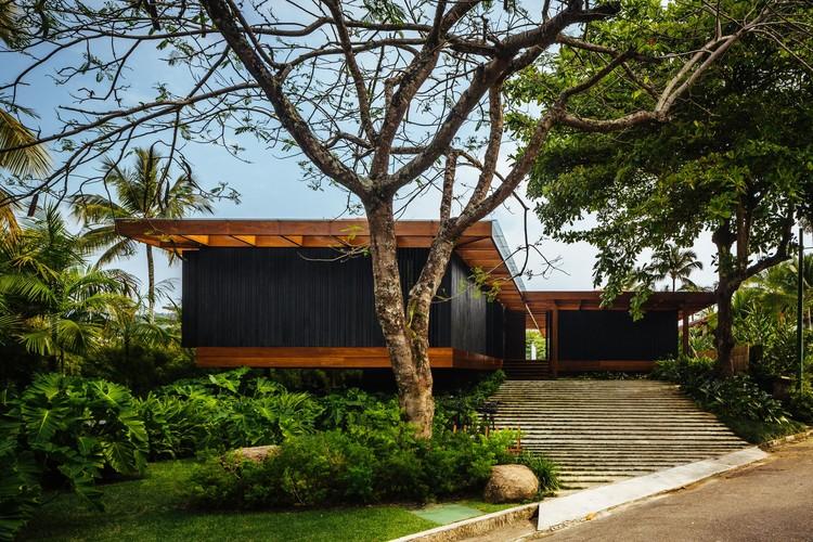 Casas brasileiras: 14 projetos com jardim frontal, Residência RT / Jacobsen Arquitetura. © Pedro Kok