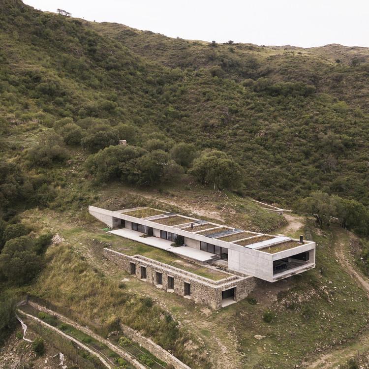 """Alarcia Ferrer: """"Nuestro mayor objetivo es una arquitectura que intensifique la experiencia del habitar"""", Casa FM / Alarcia Ferrer Arquitectos. Image © Federico Cairoli"""