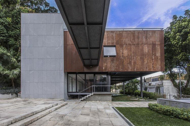 Architect Residence S / Biselli Katchborian.  Image: © Rafael Salim