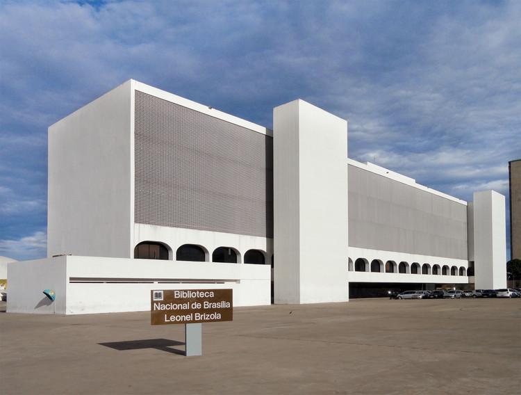 """Rachaduras ameaçam a Biblioteca Nacional de Oscar Niemeyer: """"Risco muito grande"""", Biblioteca Nacional Leonel Brizola. Foto via Wikipedia, usuário Daderot, licença CC0"""