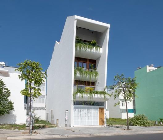 Gardening Terrace House / Chơn.a