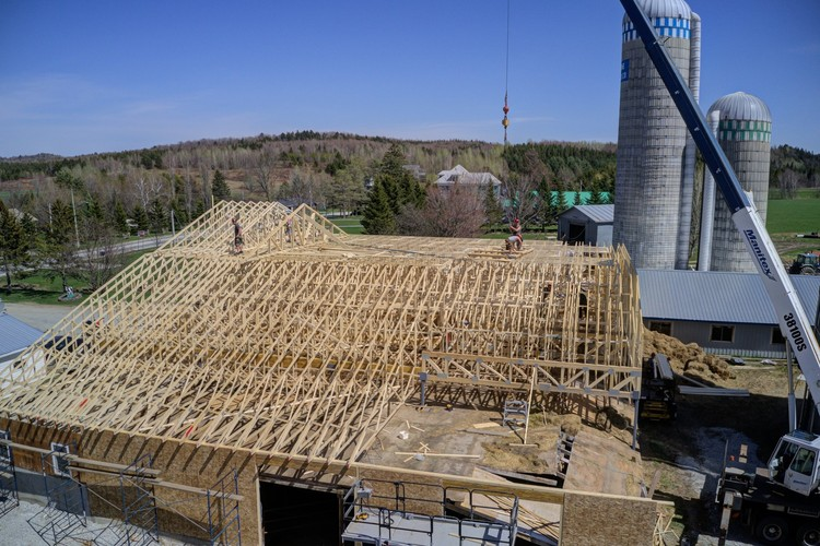 Roof trusses on a farm by RBR Structures in Quebec, Canada. Image Courtesy of QWEB