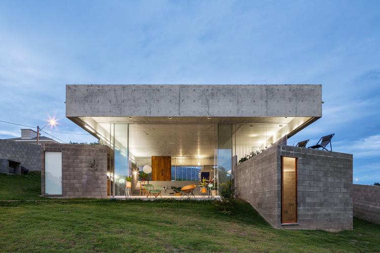Casas brasileiras: 30 projetos com concreto em planta e corte, Casa em Salto de Pirapora / Vereda Arquitetos. Foto © André Scarpa