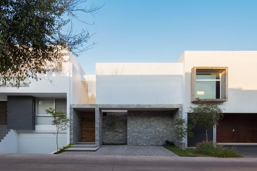 Casa Solares / uno más uno + Fernanda Mejía