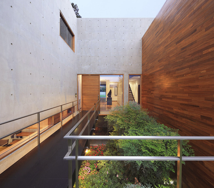 Patios Interiores en casas de Perú: 10 ejemplos en planta, Casa H / Jaime Ortiz de Zevallos. Image © Juan Solano Ojasi