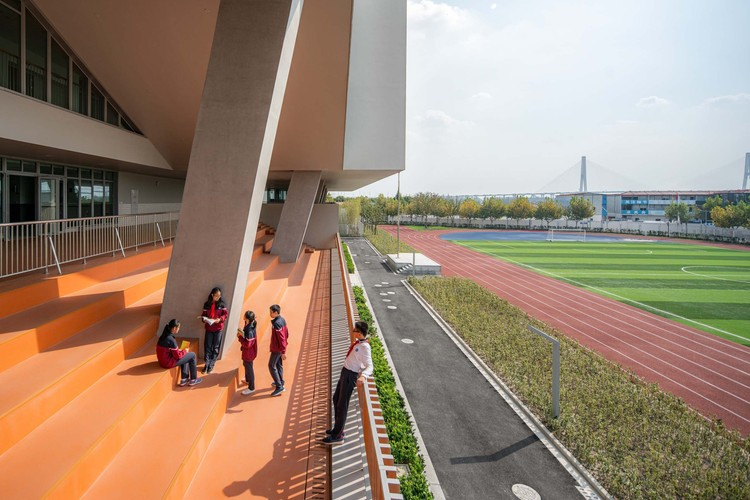 The New Bund School of No.2 Secondary School of East China Normal University and Bing Chang Tian New Bund Kindergarten / Atelier Z+, Dplus-Studio, platform. Image © CreatAR Images