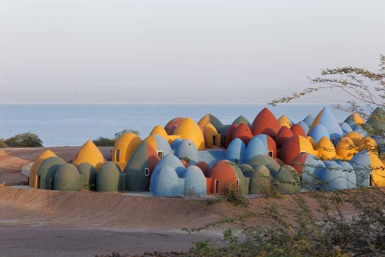 Residencia Majara en Ormuz / ZAV Architects, Vista de la Residencia Majara desde el camino superior de la playa Soil Carpet (vista sur). Imagen © Soroush Majidi