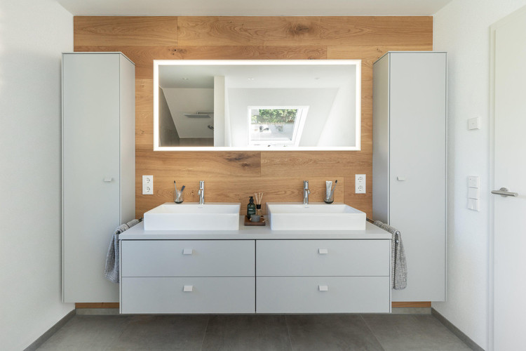 Before and after: the comparison dramatically shows the modern, timeless quality of Duravit's bathroom design – as here with the DuraSquare washbasins in combination with Brioso bathroom furniture