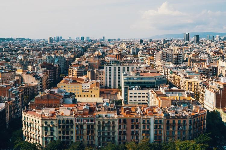 Uma a cada três ruas da região central de Barcelona será transformada em eixo verde, Barcelona, Espanha. Foto de Erwan Hesry, via Unsplash