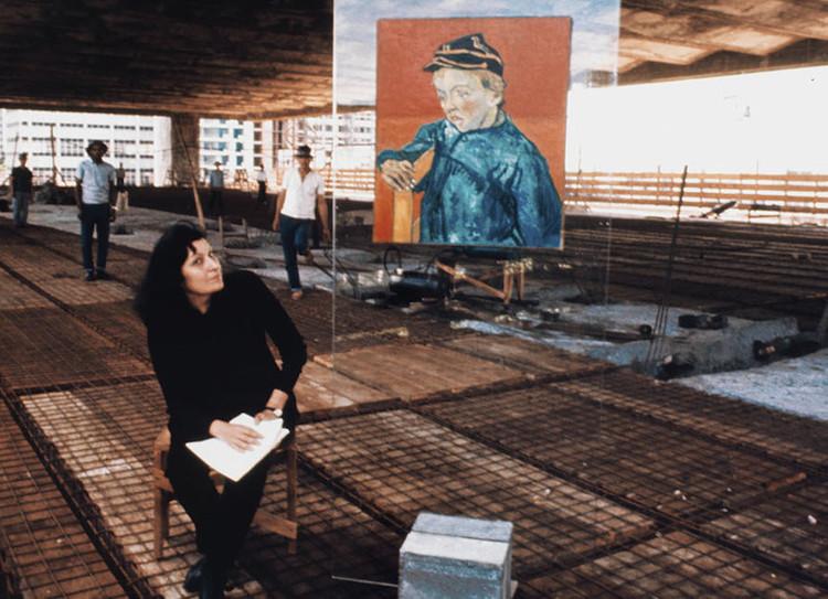 Lina Bo Bardi, entre o moderno e o primitivo, Lina na obra do MASP. Cortesia de MASP