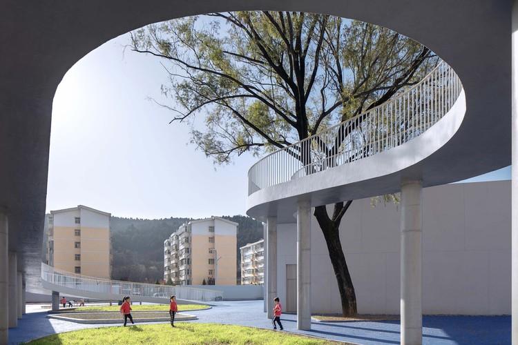 Huangling New District Kindergarten / BIAD, lower level ramp. Image © Zhi Xia