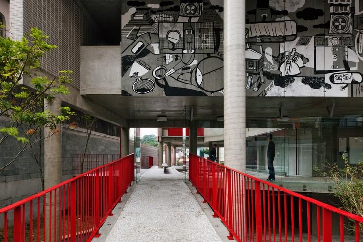 Entre público e privado: o térreo de 10 edifícios brasileiros contemporâneos, Edifício Habitacional na Rua Simpatia / gruposp. © Nelson Kon