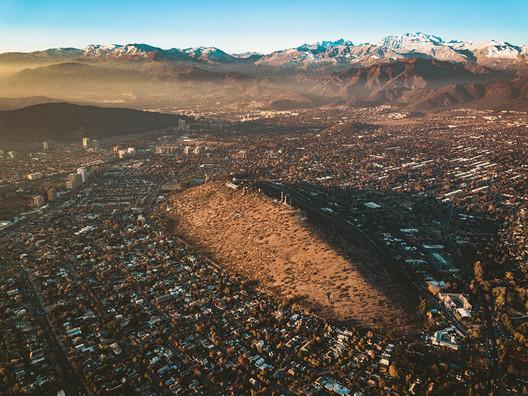 Calan Hill in Santiago, Chile. Image © Andrés Martínez, via Parque Observatorio Cerro Calán