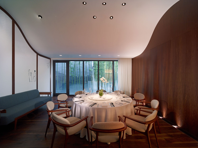 Private dinning room with curved ceiling. Image © He Shu