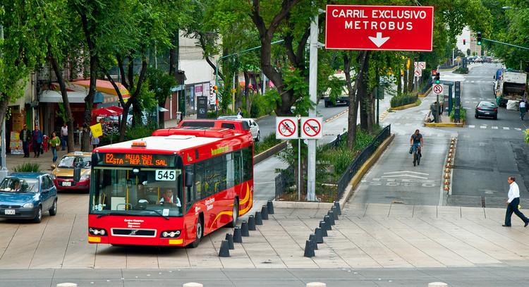 O que é Desenvolvimento Urbano Orientado ao Transporte Sustentável – DOTS ?, Nova lei de hierarquias na mobilidade na Cidade do México. © City Clock Magazine, via Flickr. Used under Creative Commons