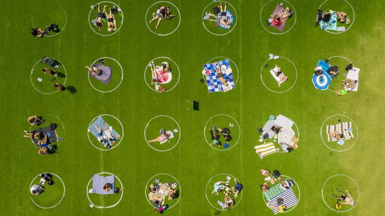 ¿Cómo ha cambiado el espacio público en 2020?, Círculos de distanciamiento social en Domino Park. Image © Marcella Winograd
