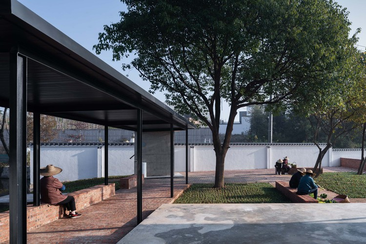Little House by Dayan Lake / ALL STUDIO, reserved tree in the courtyard. Image © Qingshan Wu