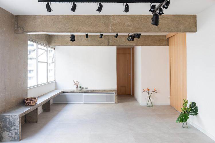 Brazilian Interiors With Exposed Structures, Graúna Apartment / Matú Arquitetura. Image: © Cris Farhat
