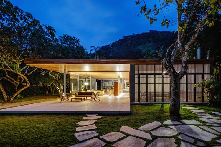 Casas brasileiras: 35 residências na praia, Casa dos Cajueiros / Terra Capobianco + Galeria Arquitetos. Imagem: © Nelson Kon