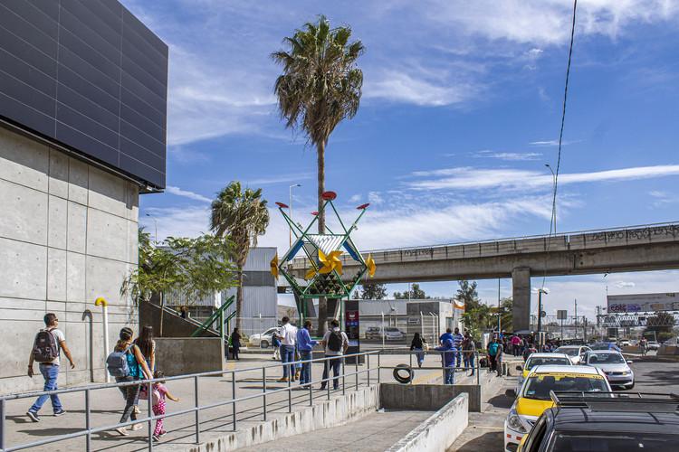 """Instalação """"Flor Urbana"""" por dérive LAB + Germen Estudio reflete sobre o impacto climático dos edifícios públicos, © Erik López, Ximena Ocampo y Francisco Paillie"""