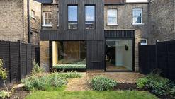 Casa con extensión de madera carbonizada / Rider Stirland Architects