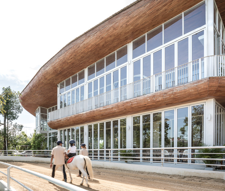 The Hay Equestrian Center and Eatery / Architectkidd, © Jinnawat Borihankijanan