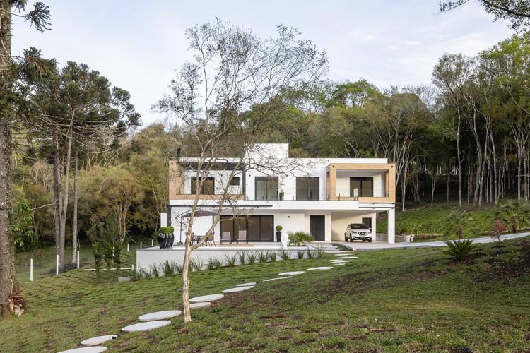 Residência Refúgio das Araucárias / Iris Schmitt Arquitetura, © Renan Costantin