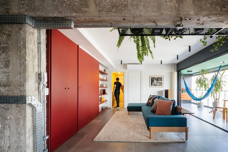 Amarelo, azul e vermelho: o uso das cores primárias em projetos de arquitetura, Ampliação de Apartamento no Edifício Brasil / Alvorada Arquitetos. Imagem: © Pedro Kok