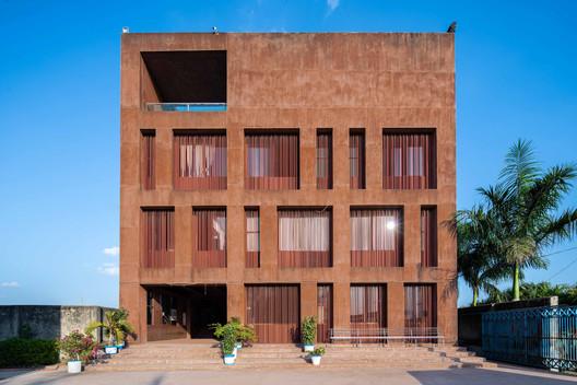 Dhaka International University Administrative Building / Archeground
