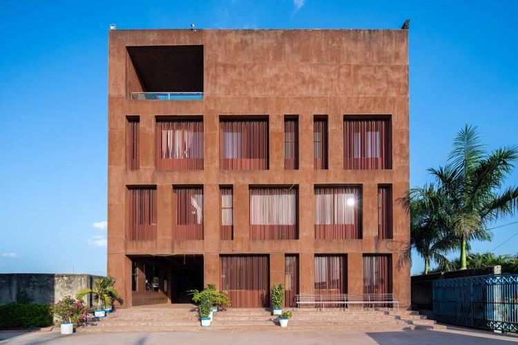 Dhaka International University Administrative Building / Archeground 1