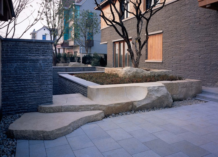 entrance and lawn area. Image © Hao Chen