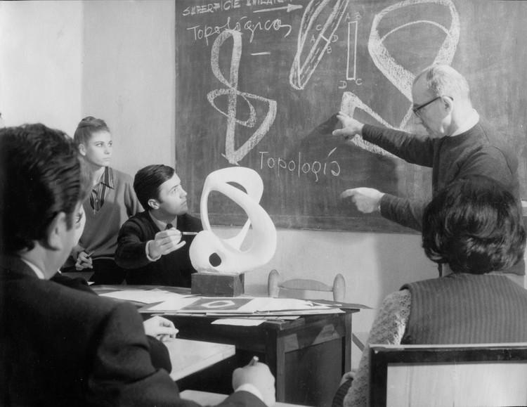 Historia del diseño en Mendoza: la evolución de la arquitectura local desde una perspectiva interdisciplinar, Samuel Sánchez De Bustamante en la Escuela De Diseño UNCuyo (1964). Image Cortesía de Wustavo Quiroga y Juan Ruades
