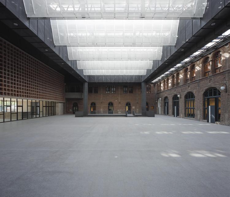 Edificio Fachada y Patio Cubierto en el Centro de Extensión Oriente / Arquitectura DESE UC, © Felipe Fontecilla