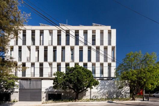 Condominio Colomos  / Trópico de Arquitectura + GONZALEZFRANCO Arquitectura