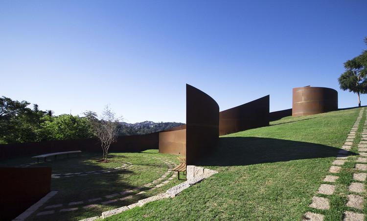 Cemitério Memorial Parque das Cerejeiras / Crisa Santos Arquitectos. Foto © Isis de Oliveira