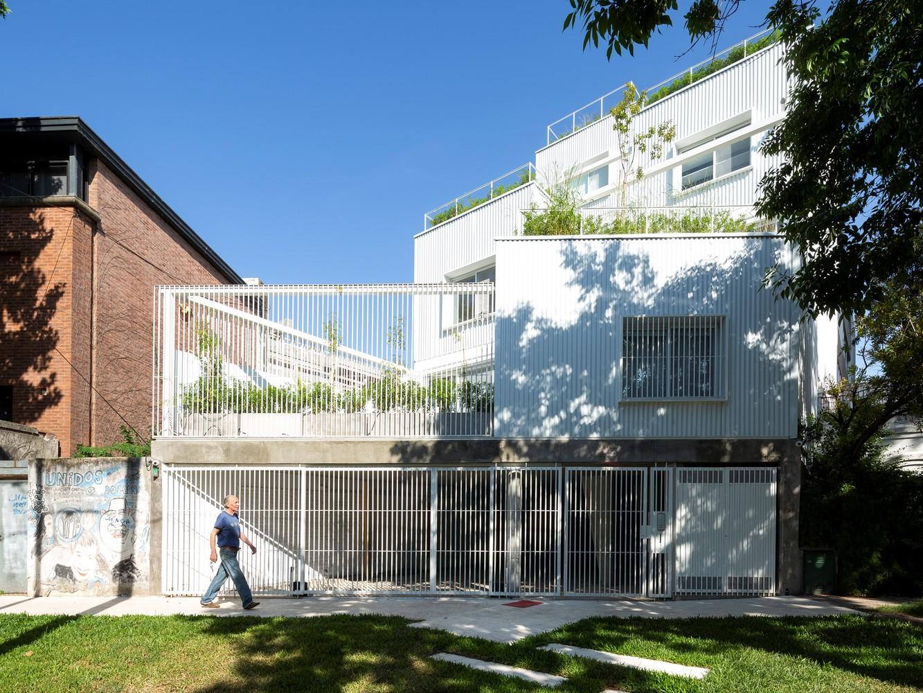 Tendencias en diseño y construcción del 2020: Lo recurrente, popular, relevante y sustancial,Commodore Apartment Building / Planta. Image © Javier Agustín Rojas