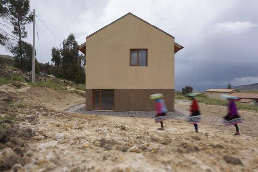 Vivienda para maestros en la comunidad campesina de Llullucha / AMAO Estudio