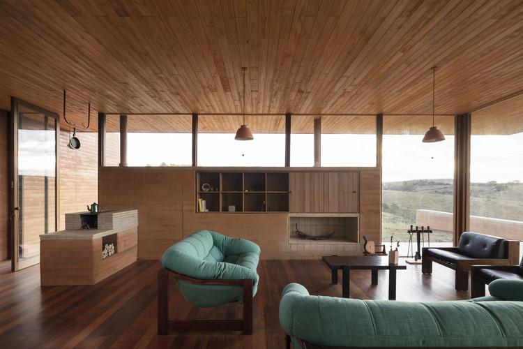 Os benefícios da taipa em cinco casas brasileiras, Casa em Cunha / Arquipélago Arquitetos. Foto: © Federico Cairoli